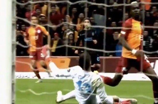 Galatasaray'ın penaltısında VAR görüşmesi