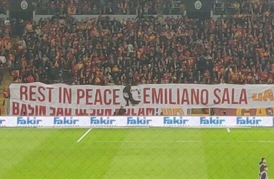 Galatasaray tribünleri Sala'yı unutmadı