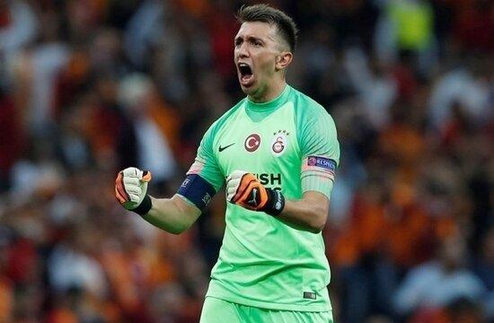 Galatasaray, Muslera ile devam etmek istiyor
