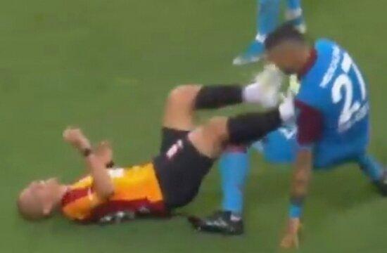 Galatasaray'da Feghouli kırmızı kart gördü!